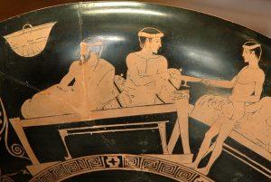 grecia-eveone-un-efebo-serve-il-vino-al-banchetto-lato-a-da-una-kylix-attica